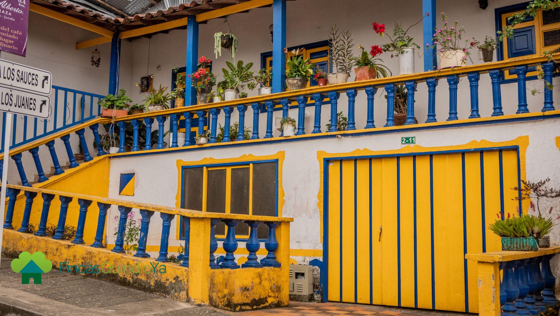 Casa tipica de color amarilo, azul y blanco