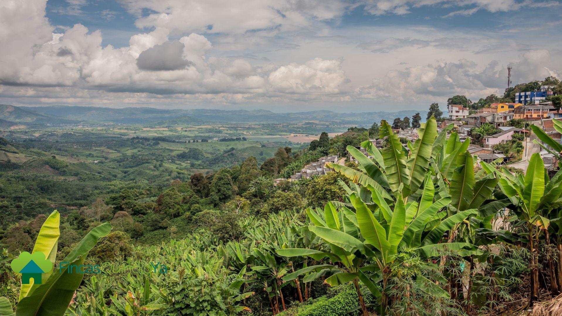 Foto del pueblo en un lado y al otro lado las montañas