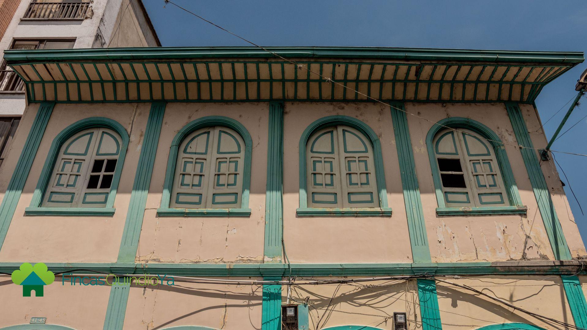 Ventanas de un segundo piso de una casa esquinera colonial