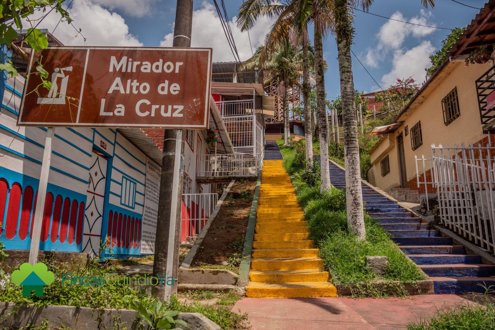 Escaleras de colores llevando a un mirador