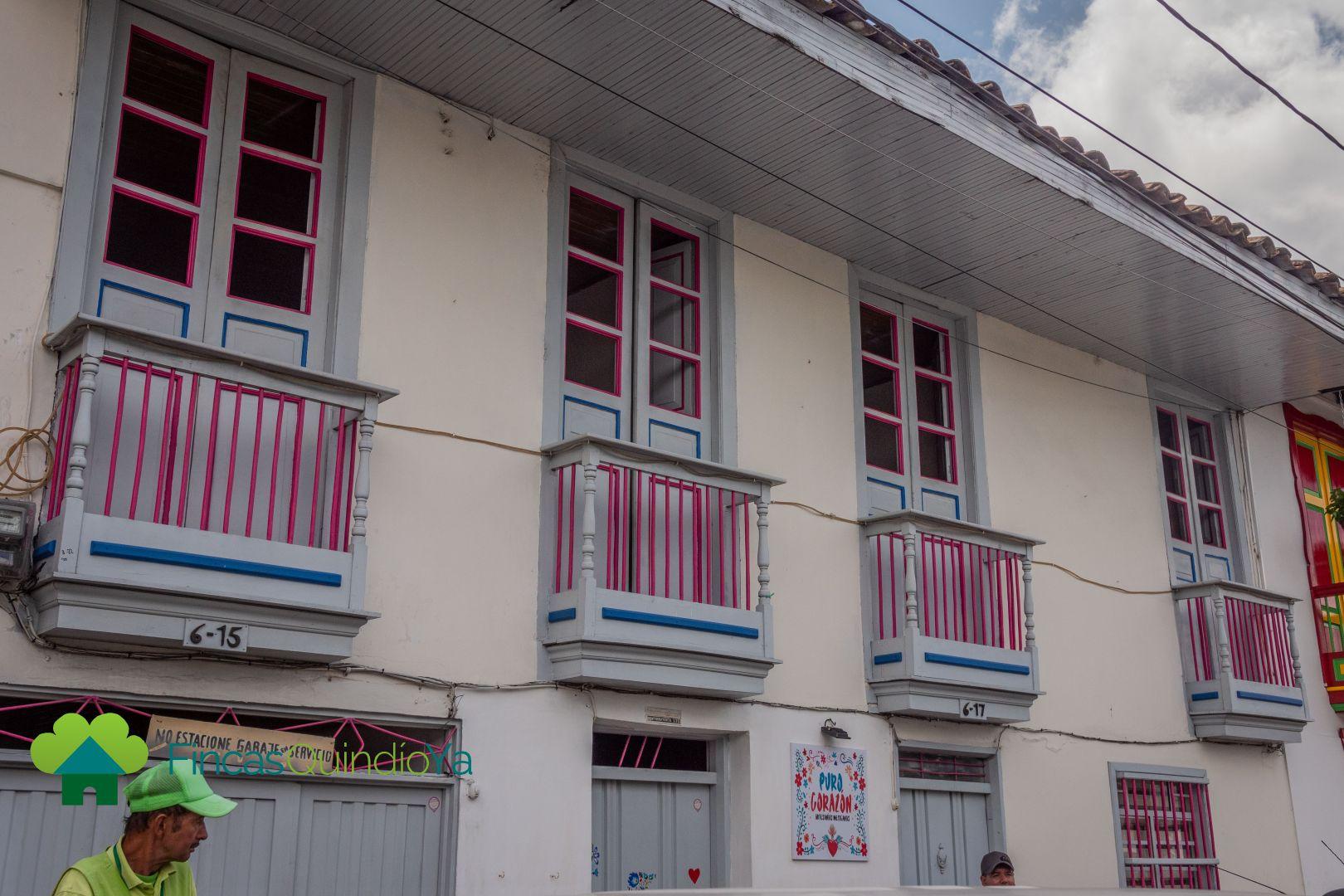 Balcones de color rosa, azul y blanco
