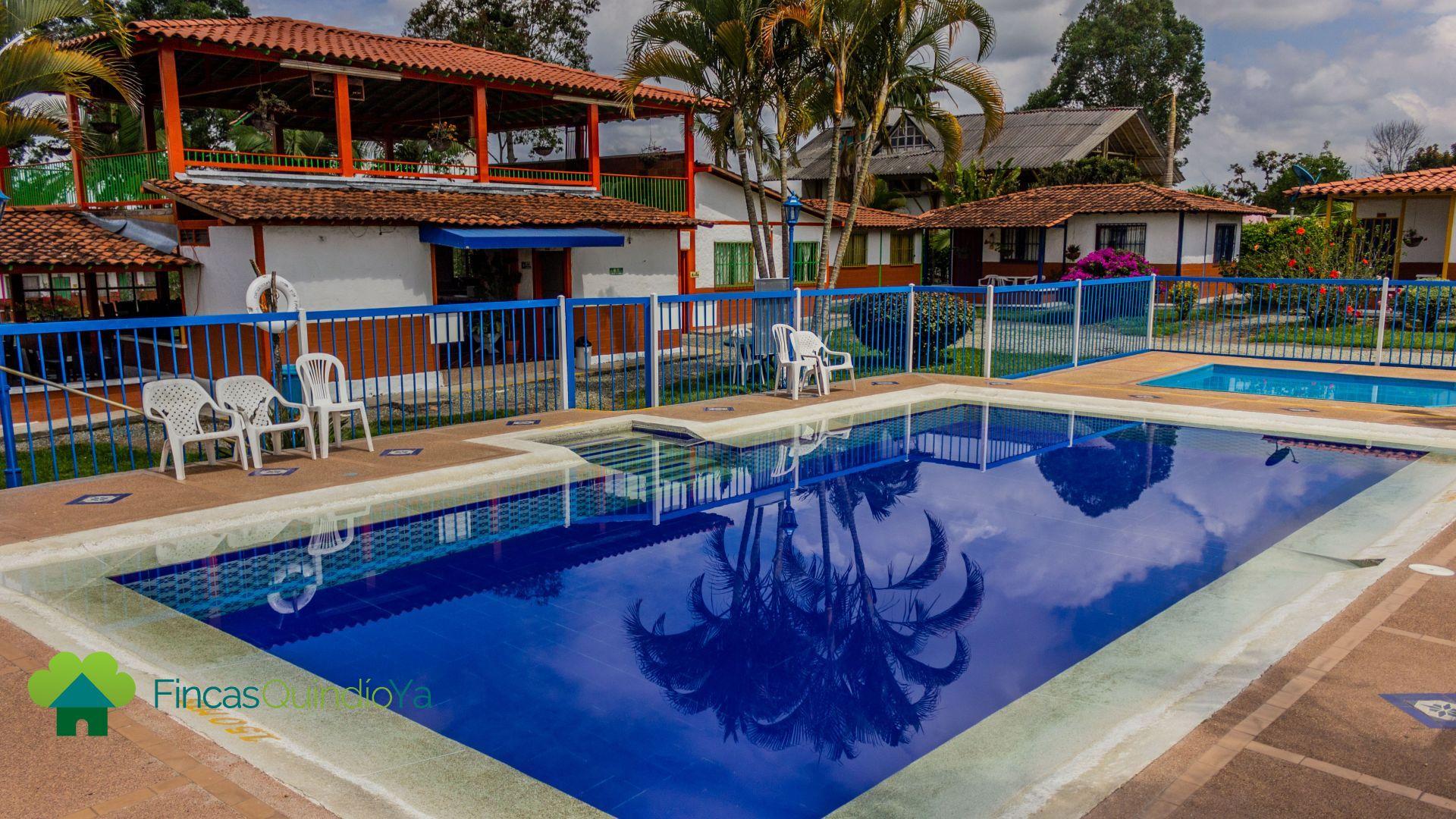 Lugar donde se muestra una piscina cuadrada