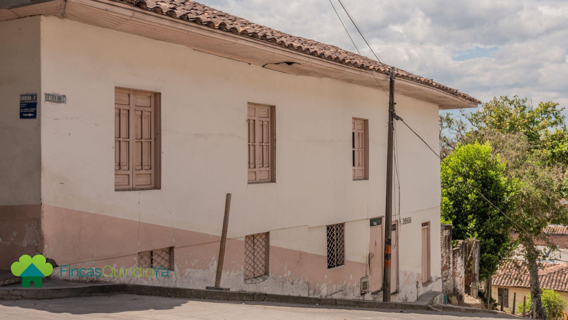 Fachada colonial de una casa esquinera