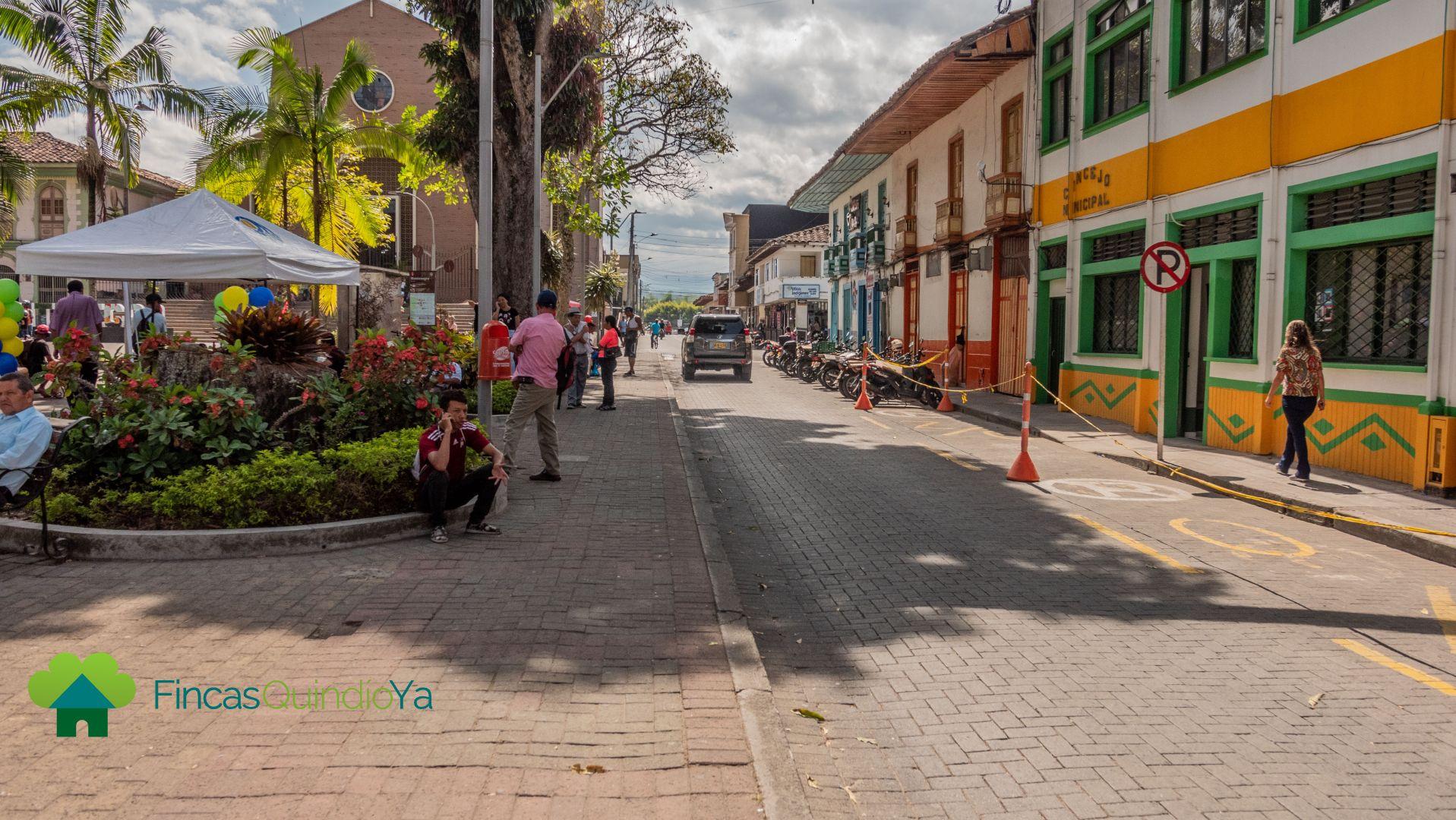 Una calle del puebo con coloridas casas