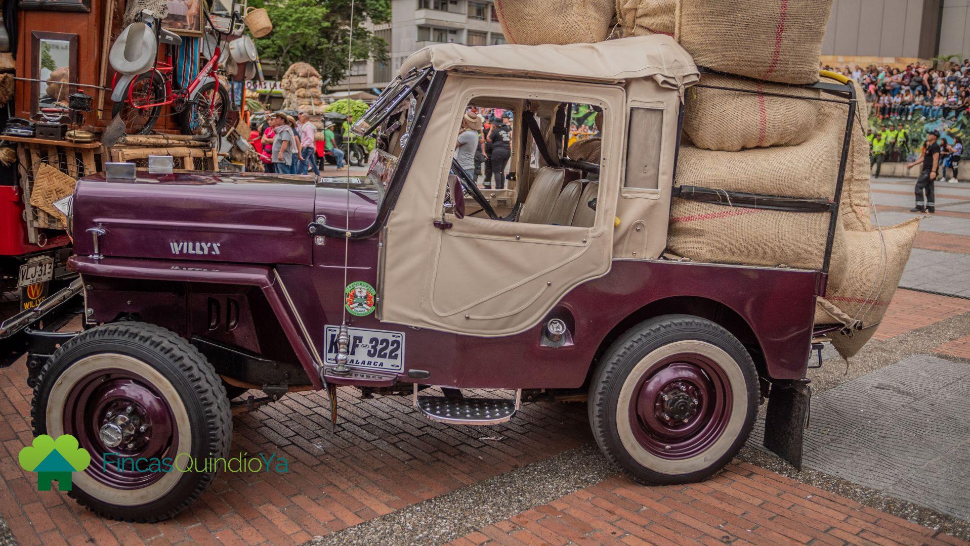 Foto de un jeep vinotinto con costales de café