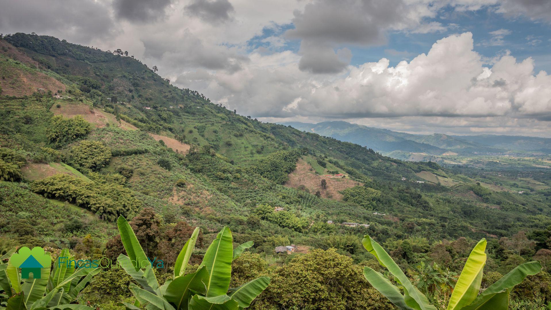 Foto de las montañas alrededor de un pueblo