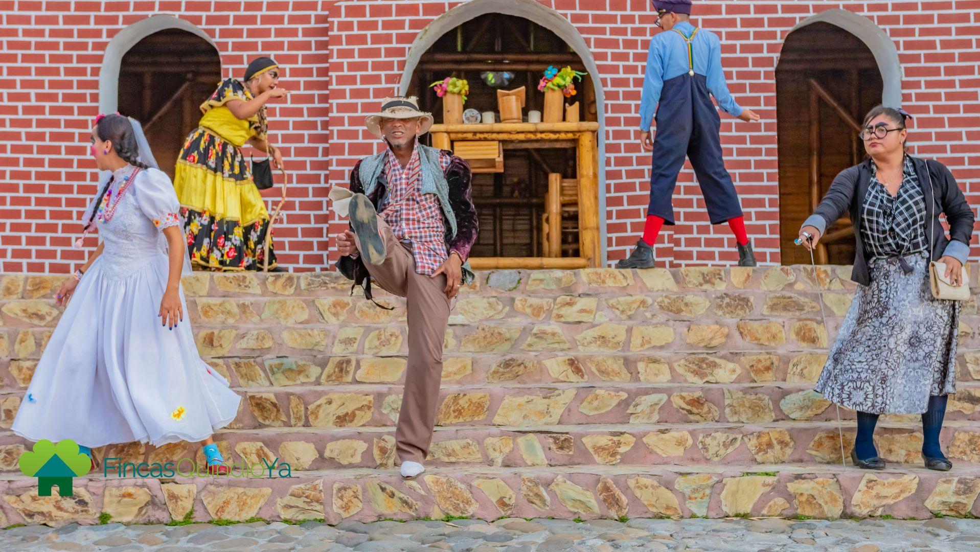 Varias personas en una obra de teatro en una pequeña plaza colonial