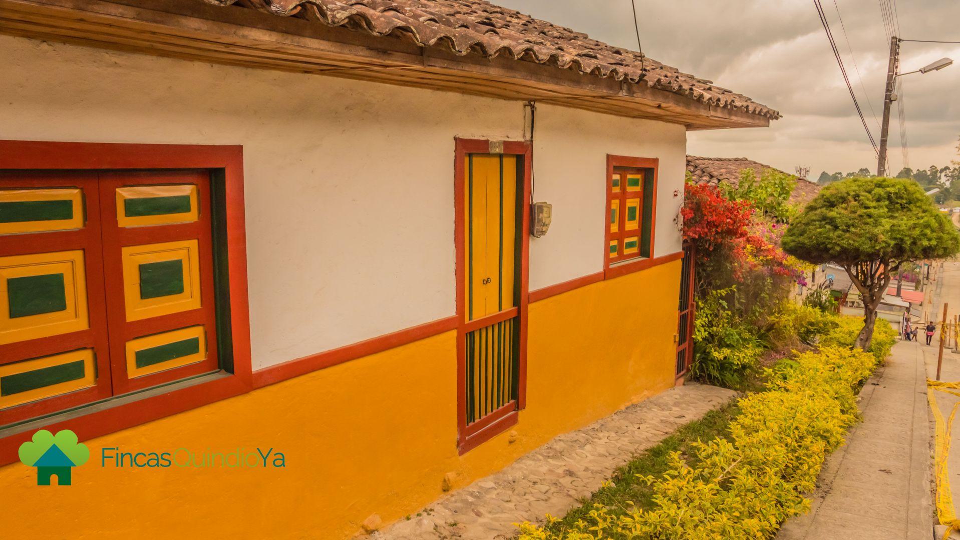 Foto de una fachada colonial de color rojo, naranja y blanca