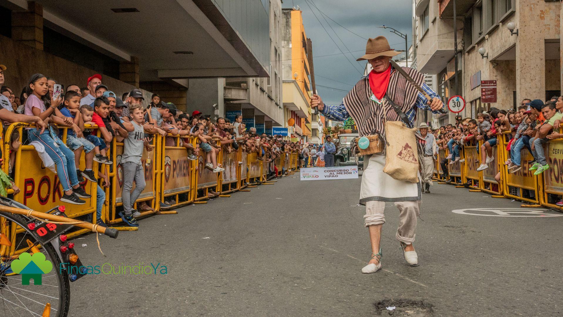 Foto de una persona en medio del desfile con una ropa típica