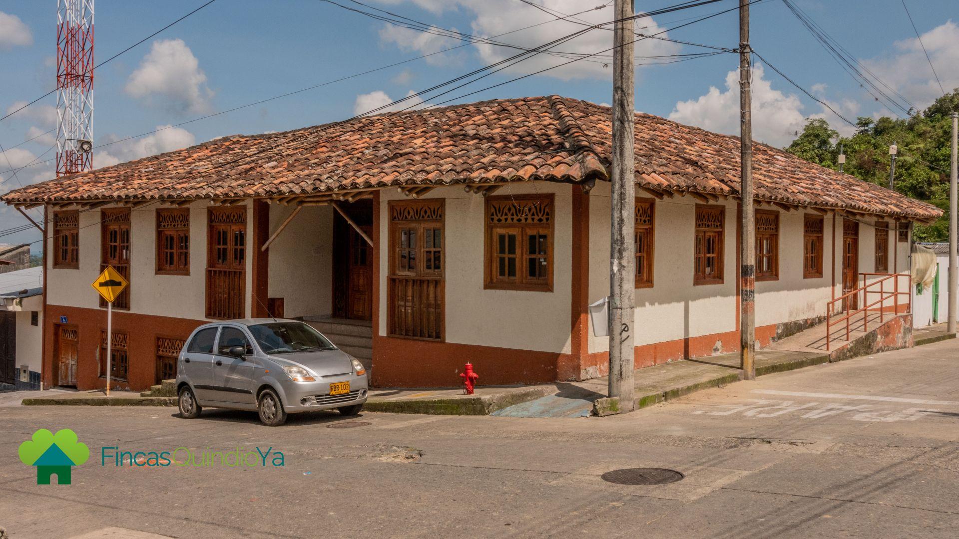 Casa en una esquina con arquitectura del pueblo