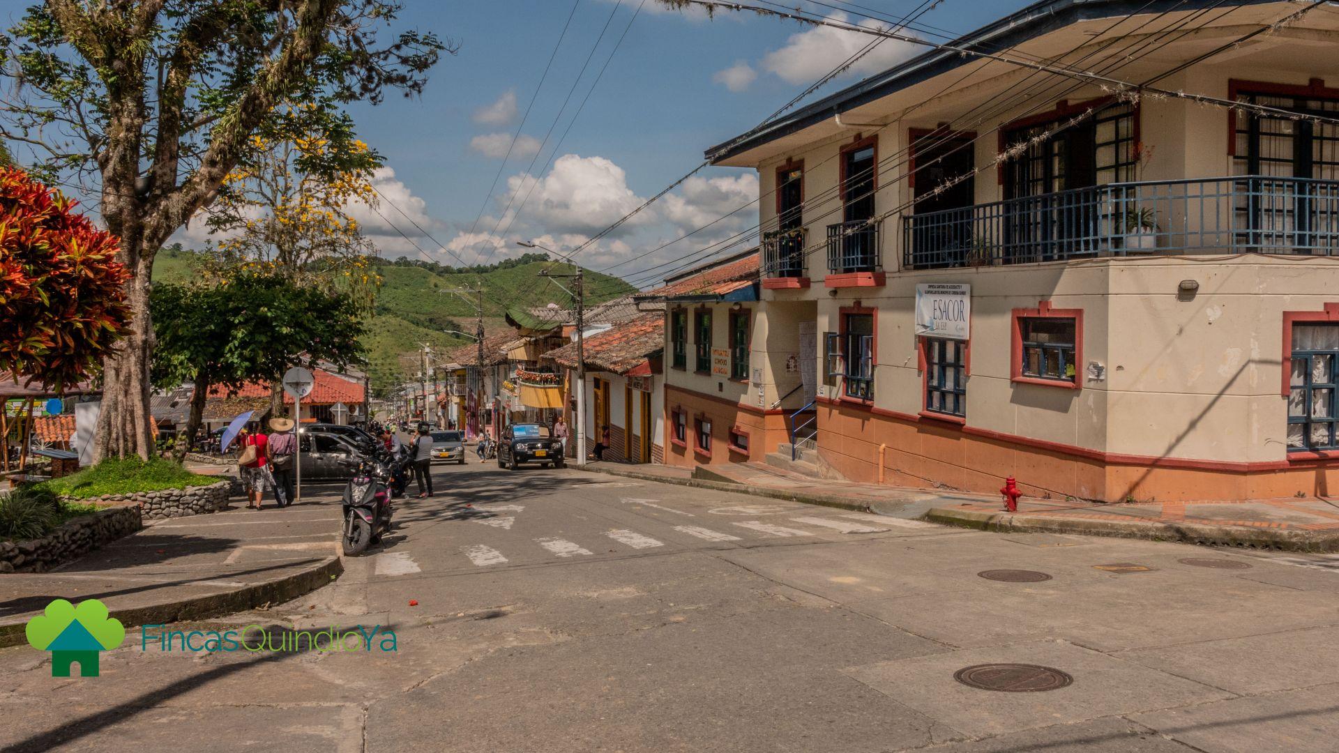 Calle al lado de la plaza y coloridas casas