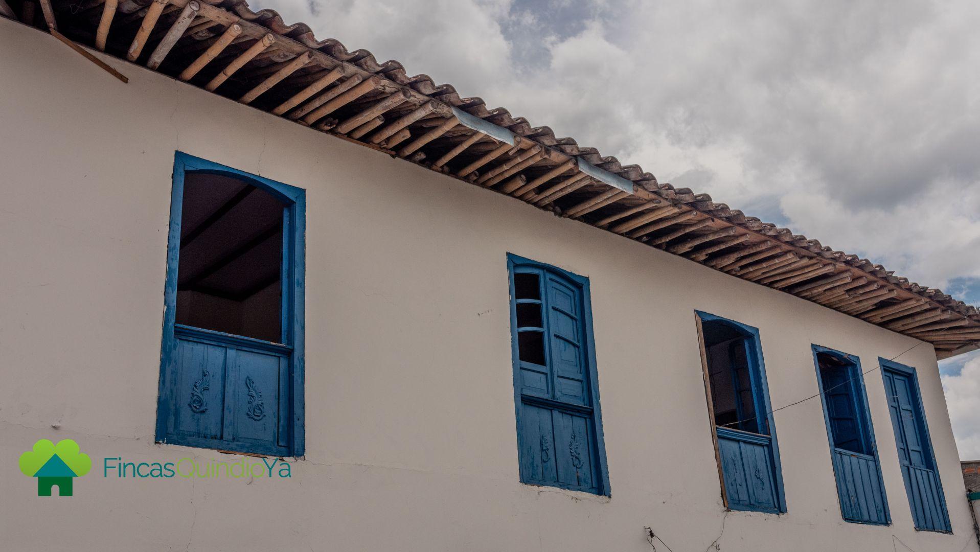 Foto a una casa de color blanco con azul